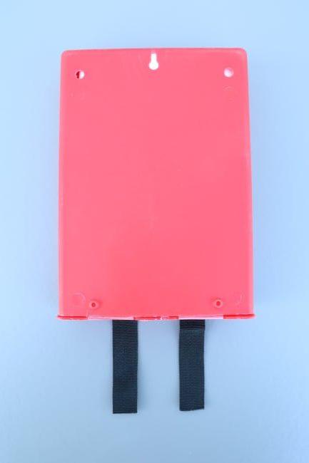 Achterzijde van de branddeken in wandcassette met bevestigingsgat