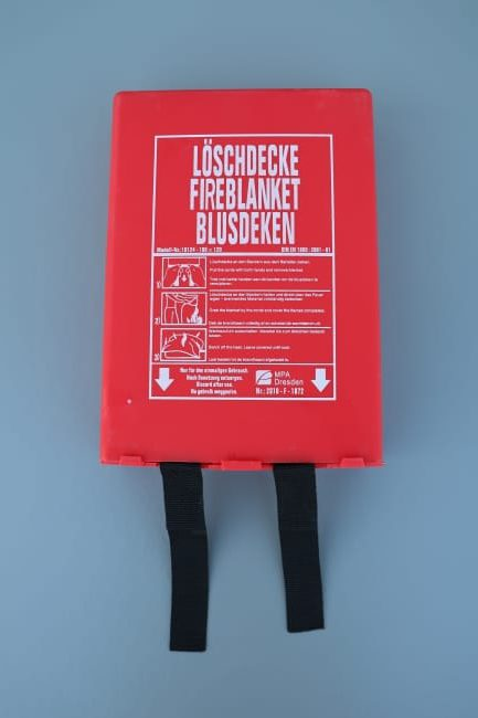 Blusdeken in rode PVC wandcassette