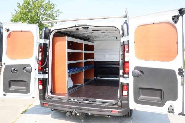 Goedkope bedrijfswageninrichting: Stellingwand over de gehele lengte van de Renault Trafic voor optimale benutting van de ruimte en veilig opslag van materiaal