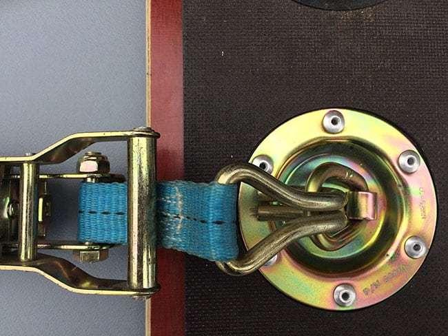Vloeroog vlak ingefreesd in de vloer met spanband met ratel en haak