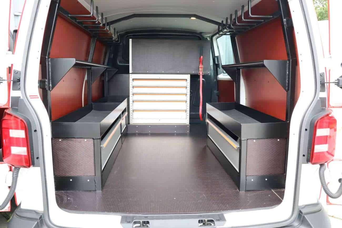Bedrijfswageninrichting zwaar materiaal zoals hijsblokken, ratels, en stroppen