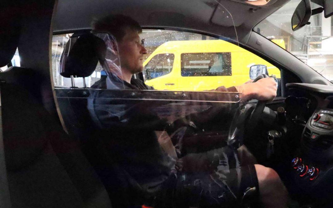 Als bestuurder heb je niet of nauwelijks hinder van het corona scherm in de auto. Er is goed zicht op het verkeer.