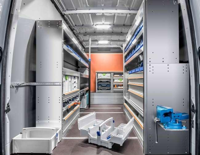 Complete businrichting met aan weerszijden aluminium stellingkasten van Finnerup