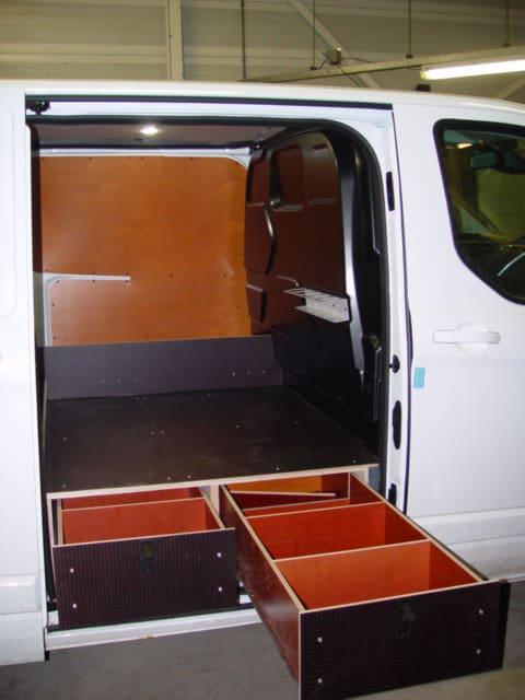 Lades bij de zijdeur onder verhoogde laadvloer. De geleiders zijn tot 80kg belastbaar en 85% uittrekbaar. Het gaat hier om losse modules die eenvoudig over te bouwen zijn in een volgende bedrijfswagen.