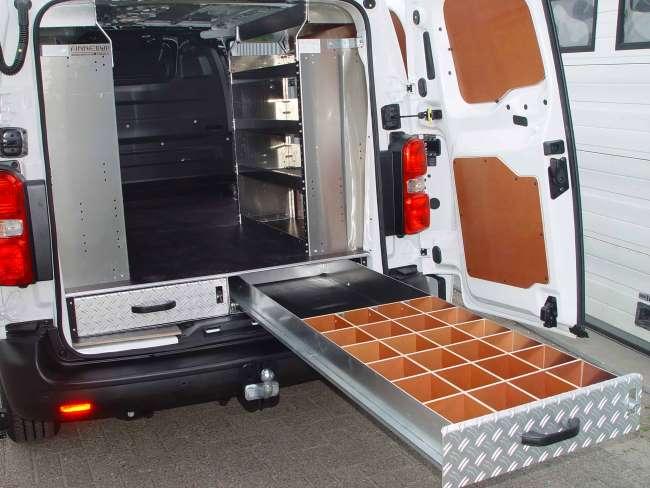 Om makkelijk van buitenaf bij materialen te komen zijn vloerladen onder een verhoogde laadvloeren erg praktisch als businrichting