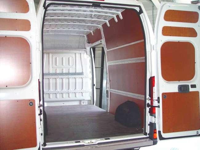 Om te voorkomen dat de werkbus van binnenuit beschadigd wordt de bus betimmerd. Hier is dat met berkenfenol gedaan. Maar er zijn ook andere opties en ook isolatie tegen geluid, warmte en kou is mogelijk.