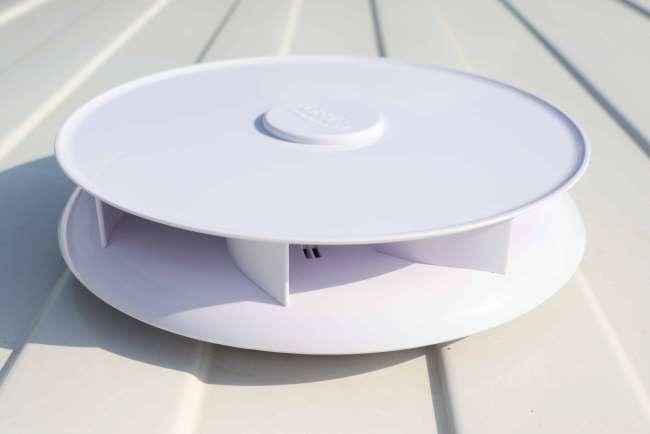 Rijwindaangedreven ventilator op het dak waarbij tijdens het rijden of als het waait schadelijke gassen uit de laadruimte getrokken worden.