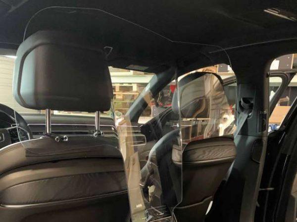 Taxischerm van polycarbonaat is veilig, zeer slagvast en nagenoeg onbreekbaar. Beschermt de taxichauffeur tegen aanhoesten van de personen achterin en andersom.