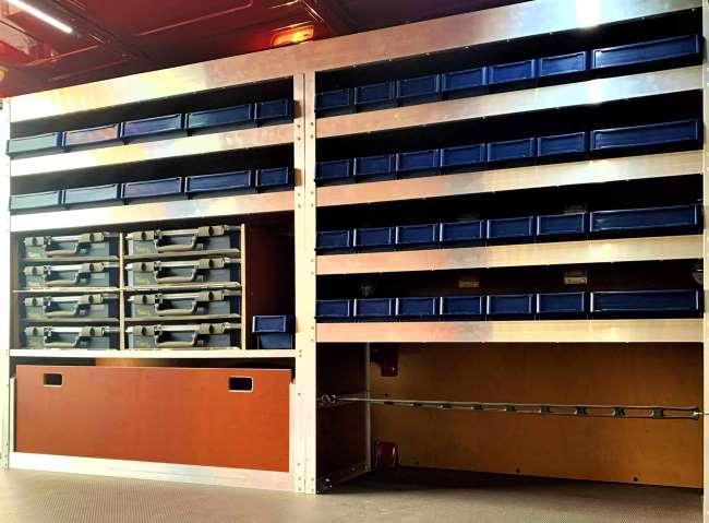 Complete houten inrichting in Mercedes Vito lengte 2 met plek voor Raaco koffers, ladderrubberspanband voor nog meer koffers, stellingen voor magazijnbakken, een langgoedbak en klep onderin de bedrijfswagen