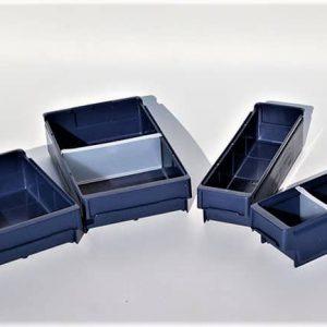 Magazijnbakken in vier verschillende formaten om onderdelen in te sorteren en te bewaren in de stellingen van de bedrijfswagen